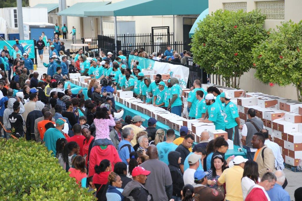 Miami Dolphins Distribute 500 Meals for Thanksgiving