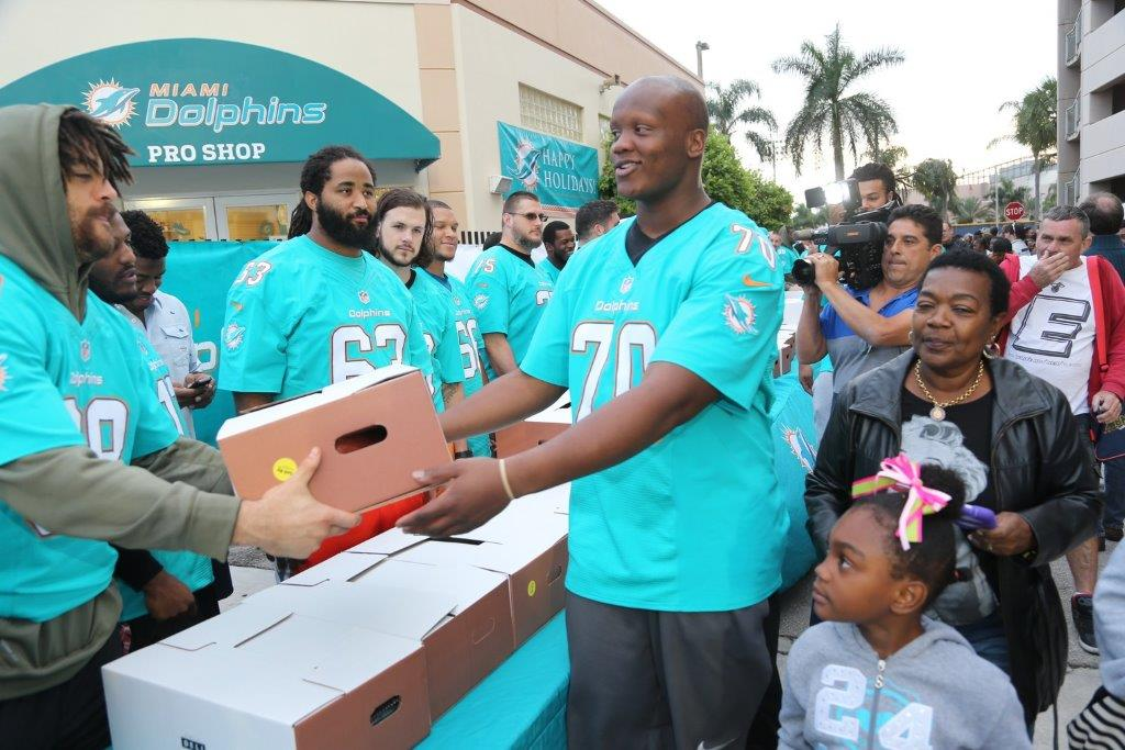 Miami Dolphins Provide 500 Meals with Feeding South Florida