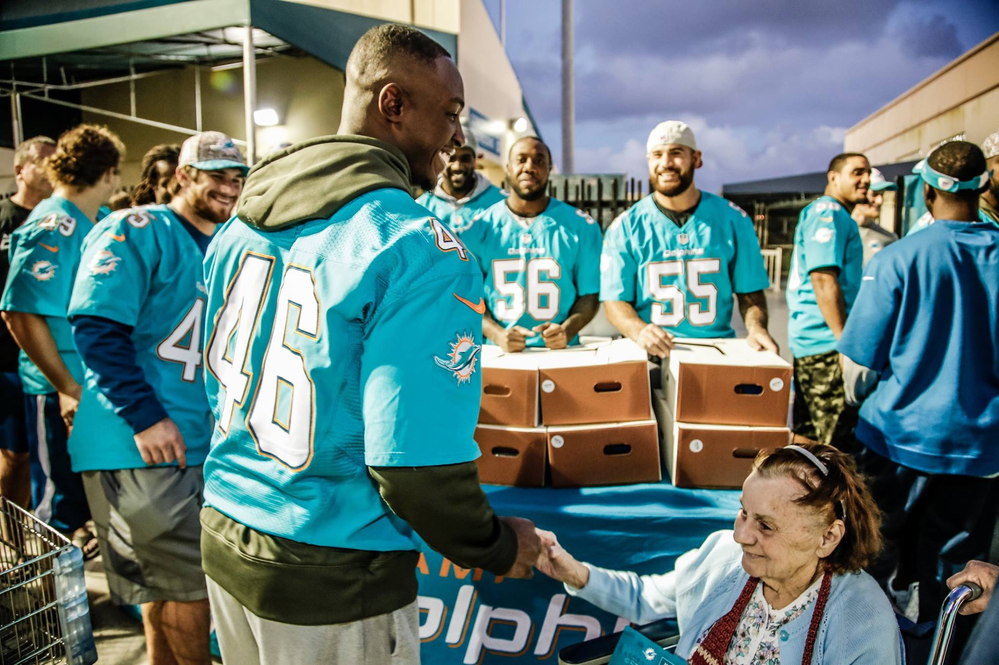Dolphins distribute 500 Thanksgiving meals to needy families